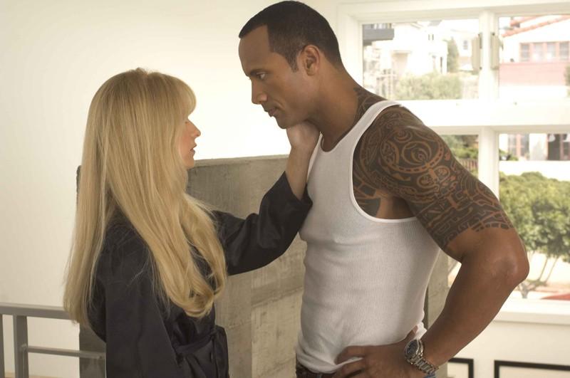 Krysta (Sarah Michelle Gellar) e Santaros (The Rock) in una scena del film Southland Tales