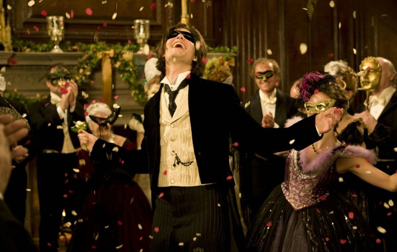 Ben Barnes sorridente, ad una festa in maschera nel film Dorian Gray