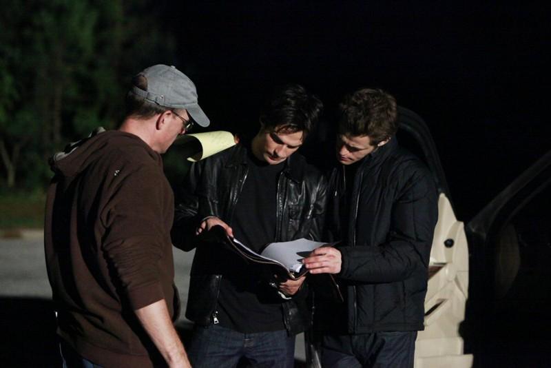 Ian Somerhalder e Paul Wesley leggono il copione sul set dell'episodio The Turning Points