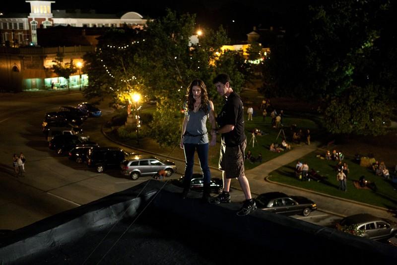 Kayla Ewell messa in sicurezza sul set per una scena dell'episodio Night of the Comet