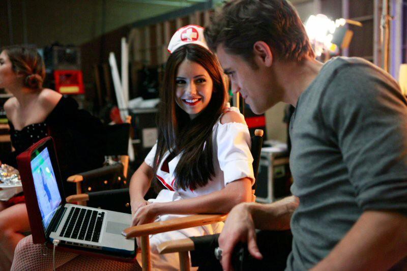 Nina Dobrev e Paul Wesley con i costumi di Halloween sul set dell'episodio Haunted di The Vampire Diaries