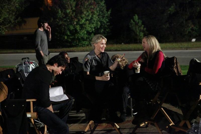 Una pausa caffè per Ian Somerhalder, Marguerite MacIntyre e Candice Accola sul set di The Vampire Diaries