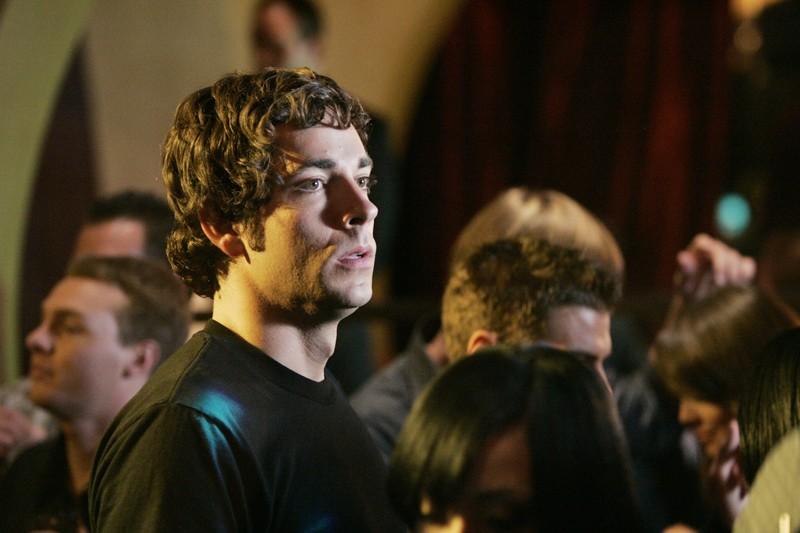 Chuck (Zachary Levi) in un locale affollato nell'episodio Chuck vs. Gli insaccati