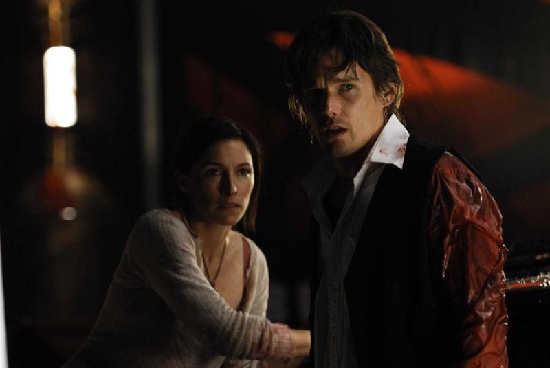Claudia Karvan e Ethan Hawke in una sanguinosa scena del film Daybreakers