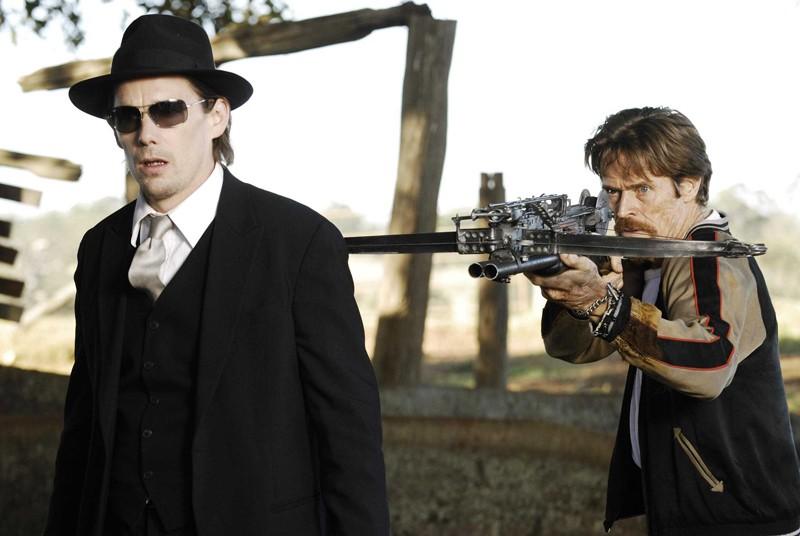 Edward (Ethan Hawke) e Elvis (Willem Dafoe) armato di balestra nel film Daybreakers