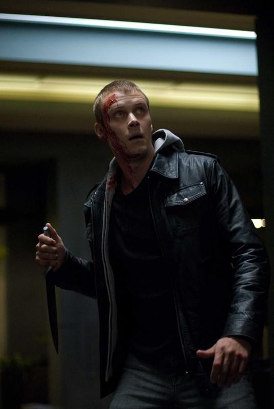 Frankie (Michael Dorman) armato di coltello in una scena del film Daybreakers