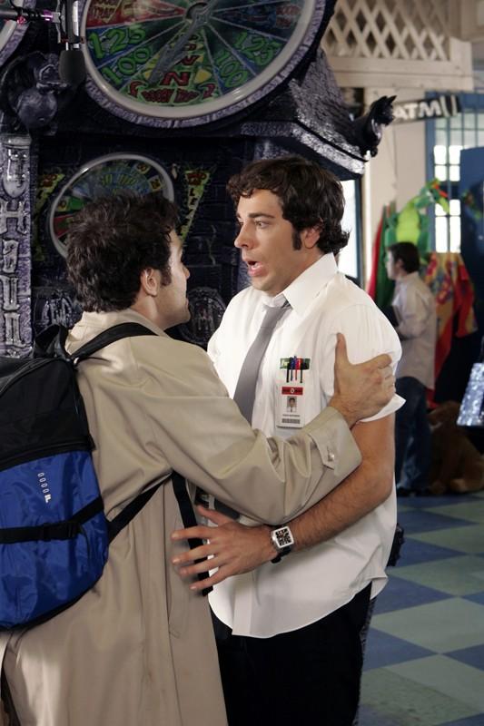 Il genio dell'informatica e Chuck (Zachary Levi) in una scena dell'episodio Chuck vs. Il verme della sabbia