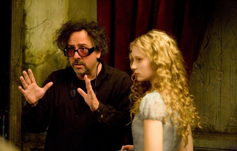 Il regista Tim Burton discute una scena con Mia Wasikowska sul set del film Alice in Wonderland