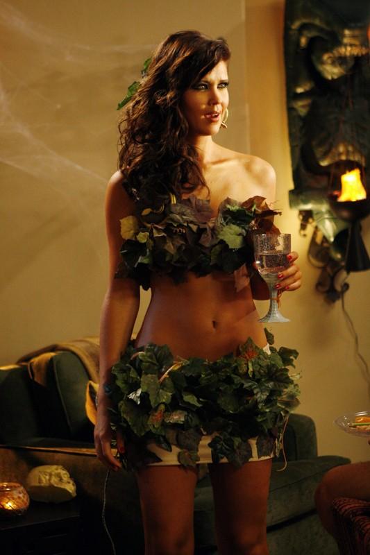 La bellissima Sarah Lancaster con il costume da Eva per Halloween nell'episodio Chuck vs. Il verme della sabbia