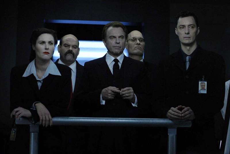 Sam Neill interpreta il potente Charles Bromley insieme al suo gruppo di affiliati nel film Daybreakers