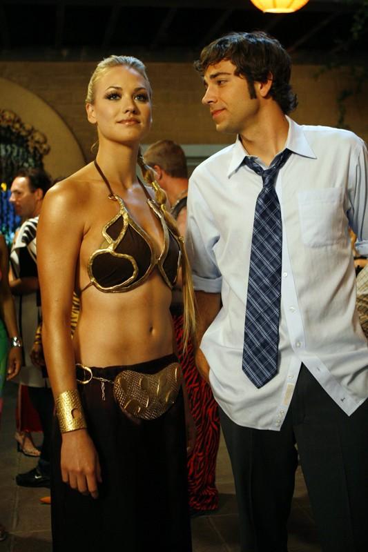 Yvonne Strahovski e Zachary Levi alla festa di Halloween nell'episodio Chuck vs. Il verme della sabbia