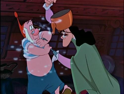 Capitan Uncino e il pirata Spugna in una divertente scena del film Le avventure di Peter Pan