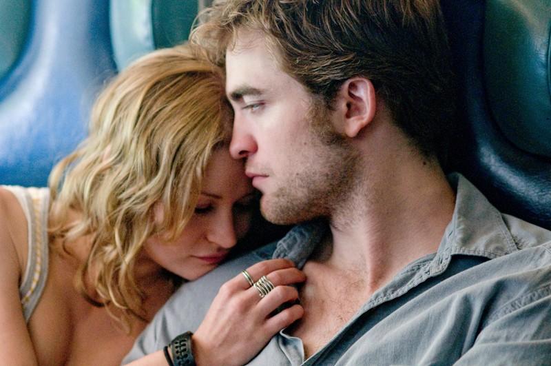 Una scena dolce con Emilie de Ravin e Robert Pattinson per il film Remember Me