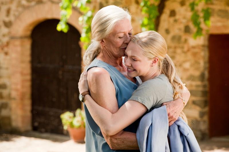 Vanessa Redgrave e Amanda Seyfried in un'abbraccio, in una sequenza del film Letters to Juliet