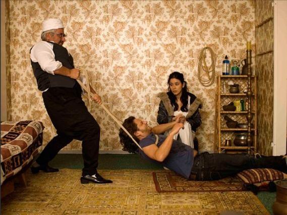 Adam Bousdoukos e Dorka Gryllus  in una scena divertente del film Soul Kitchen