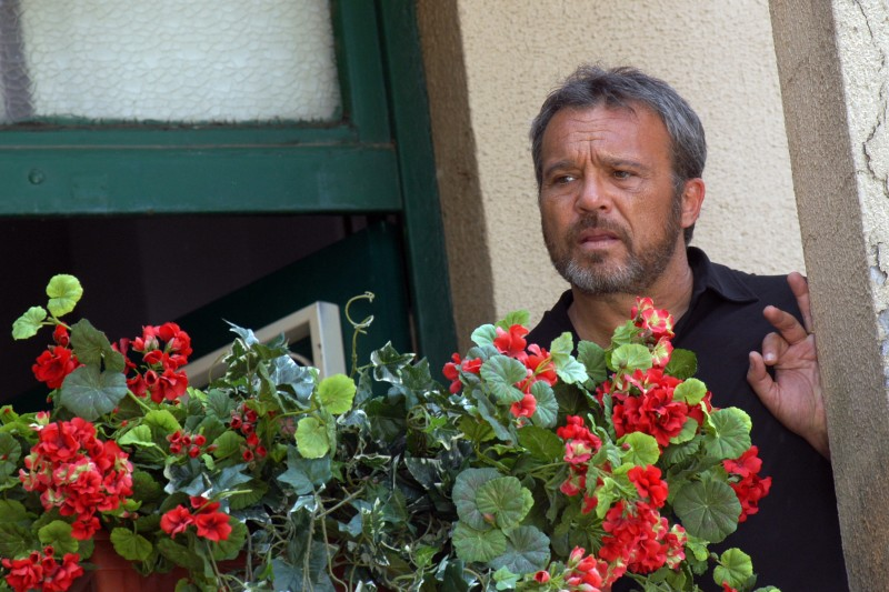 Claudio Amendola in una scena del primo episodio di Tutti per Bruno