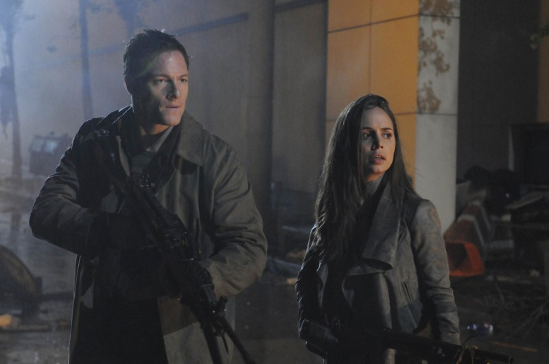 Dollhouse: Tahmoh Penikett ed Eliza Dushku in una scena dell'episodio Epitaph Two: Return