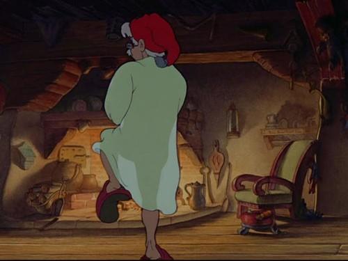 Il falegname Geppetto (di schiena) in una scena del film d\'animazione Pinocchio