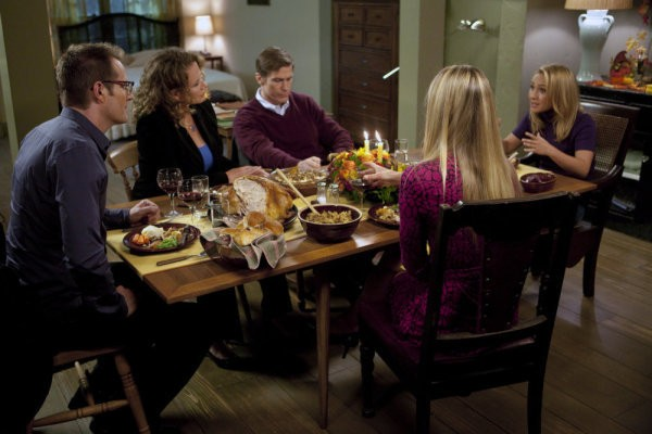 Jack Coleman, Ashley Crow, Hayden Panettiere, Elisabeth Rohm e Hank Stratton in una scena di Thanksgiving tratta dalla quarta stagione di Heroes