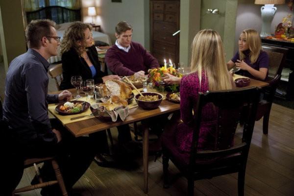 Jack Coleman, Ashley Crow, Hayden Panettiere, Elisabeth Rohm e Hank Stratton in una scena di Thanksgiving tratta dalla quarta stagione di Heroes