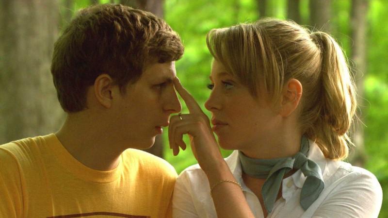 La giovane coppia di attori Portia Doubleday e Michael Cera in una scena del film Youth in Revolt