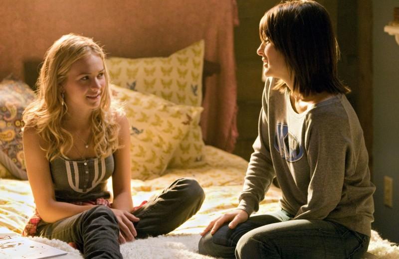 Life UneXpected: Brittany Robertson e Shiri Appleby in una scena dell'episodio Home Inspected