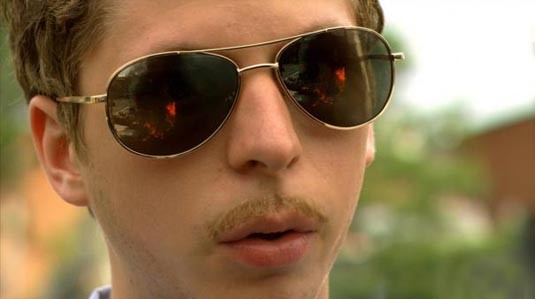 Un irriconoscibile Michael Cera in una scena del film Youth in Revolt