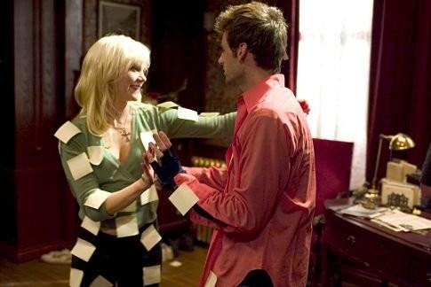Dead Like Me: Callum Blue e Laura Harris in una scena della serie