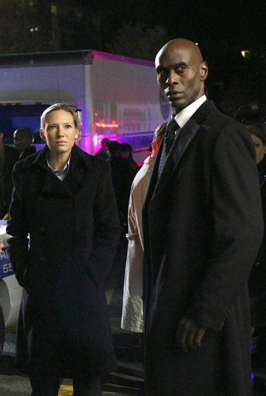 Fringe: Anna Torv e Lance Reddick in una scena dell'episodio What Lies Below