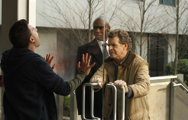 Fringe: John Noble e Lance Reddick in una scena dell'episodio What Lies Below