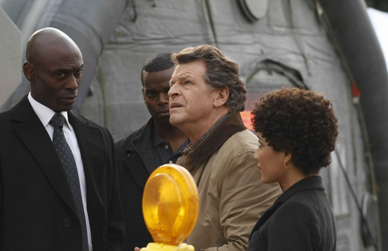 Fringe: John Noble, Jasika Nicole e Lance Reddick in una scena dell'episodio What Lies Below