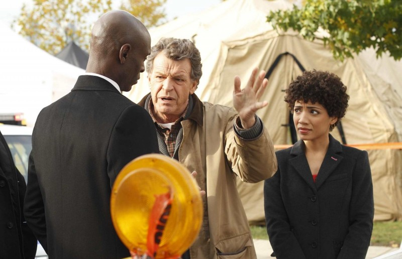 Fringe: John Noble, Jasika Nicole e Lance Reddick nell'episodio What Lies Below