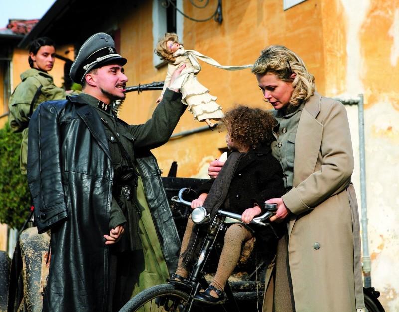 Mario Bois con Barbora Bobulova in una scena de Il sangue dei vinti