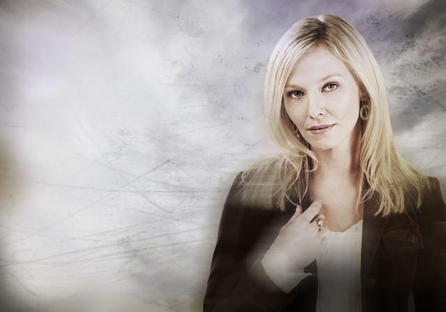 Un'immagine promozionale di Kelli Giddish nei panni della dottoressa Kate McGinn nella serie TV Past Life