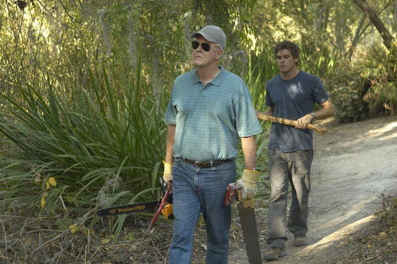 Arthur (John Lithgow) seguito da Dexter (Michael C. Hall) in una scena dell'episodio Slack Tide di Dexter