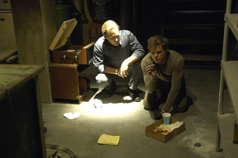 Dexter (Michael C. Hall) con alle spalle il padre defunto Harry (James Remar)  nell'episodio Lost Boys di Dexter
