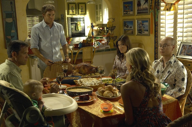Dexter (Michael C. Hall), Rita (Julie Benz), Masuka (C.S. Lee) e Debra (Jennifer Carpenter) nell'episodio Hungry Man