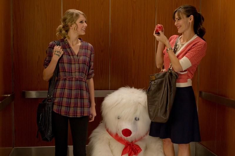 Felicia (Taylor Swift) e Julia Fitzpatrick (Jennifer Garner) in una scena del film Valentine's Day