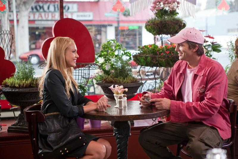 Jessica Alba ed Ashton Kutcher recitano assieme in una sequenza del film Valentine's Day