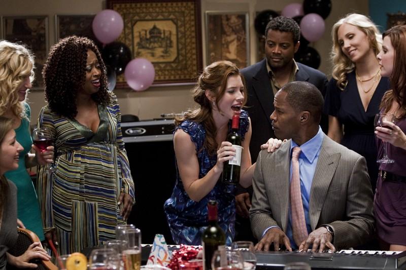 Kara Monahan (Jessica Biel) si diverte ad una festa con Kelvin Briggs (Jamie Foxx) del film Valentine's Day