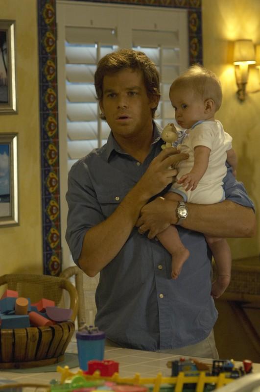 Michael C. Hall con in braccio il suo bambino in una scena dell'episodio Lost Boys di Dexter