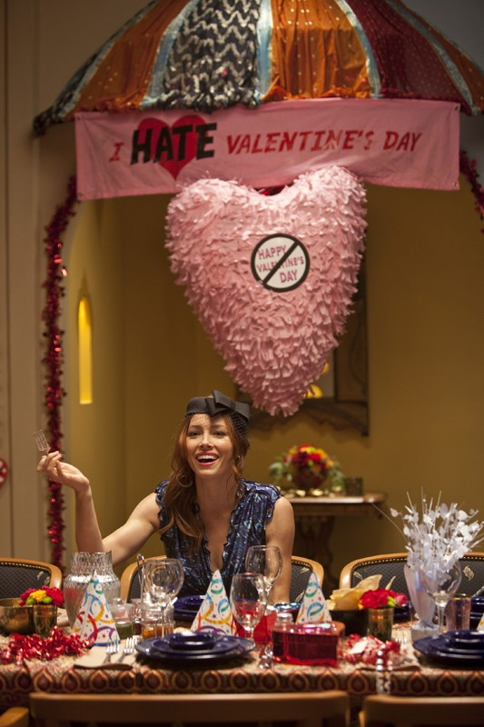 Una scena del film Valentine's Day con Kara Monahan (Jessica Biel) sotto uno striscione con scritto 'I Hate Valentine's Day'