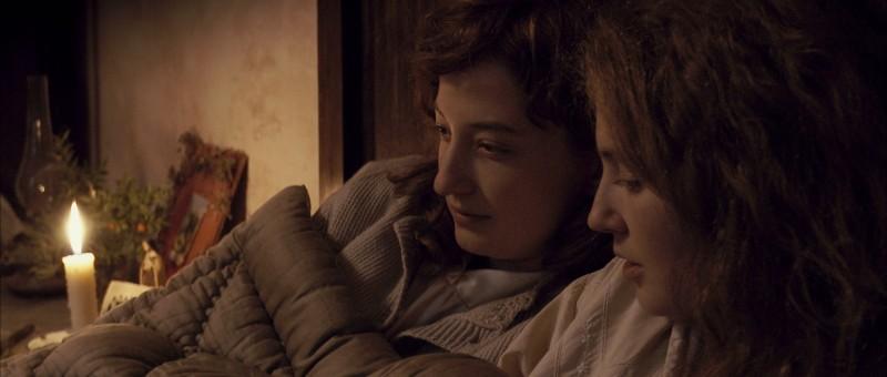 Alba Rohrwacher e Laura Pizzirani in una scena del film L'uomo che verrà