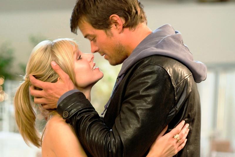 Beth (Kristen Bell) e Nick (Josh Duhamel) in una romantica scena del film When in Rome