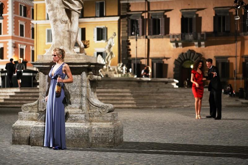 Beth (Kristen Bell) nascosta dietro una statua in una sequenza di When in Rome