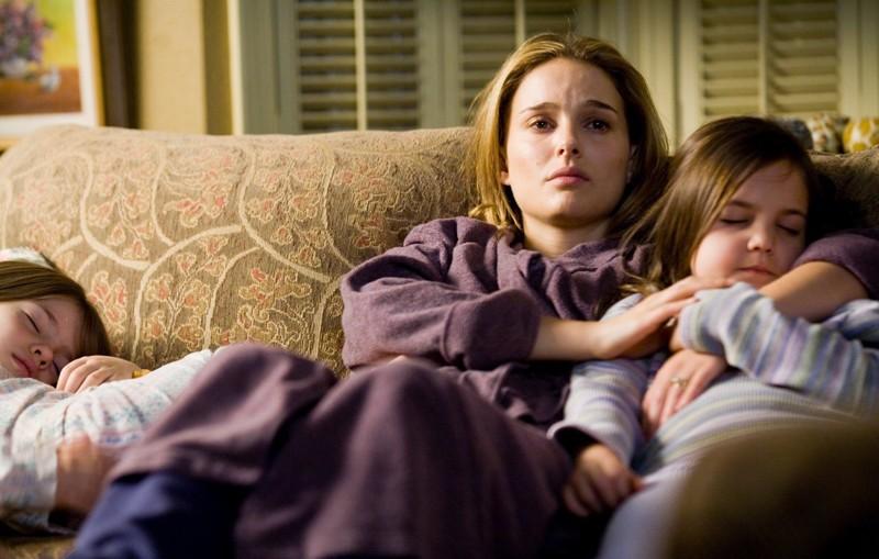 Grace (Natalie Portman) con le bambine (Taylor Geare e  ailee Madison) sul divano in una scena di Brothers