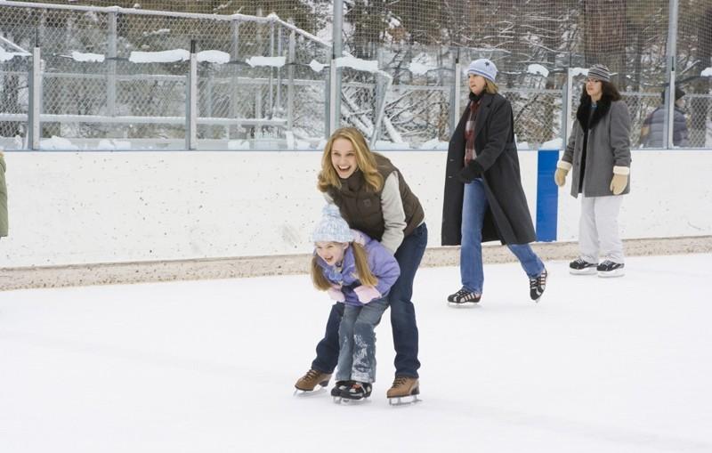 Grace (Natalie Portman) e la figlia Maggie (Taylor Geare) sul ghiaccio in una scena di Brothers