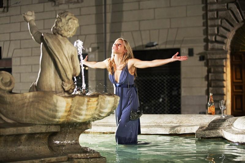 Kristen Bell in mezzo alla fontana in una scena del film When in Rome