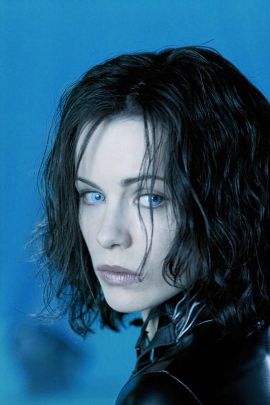 Un primo piano della bella vampira Selene (Kate Beckinsale) in una scena del film Underworld: Evolution