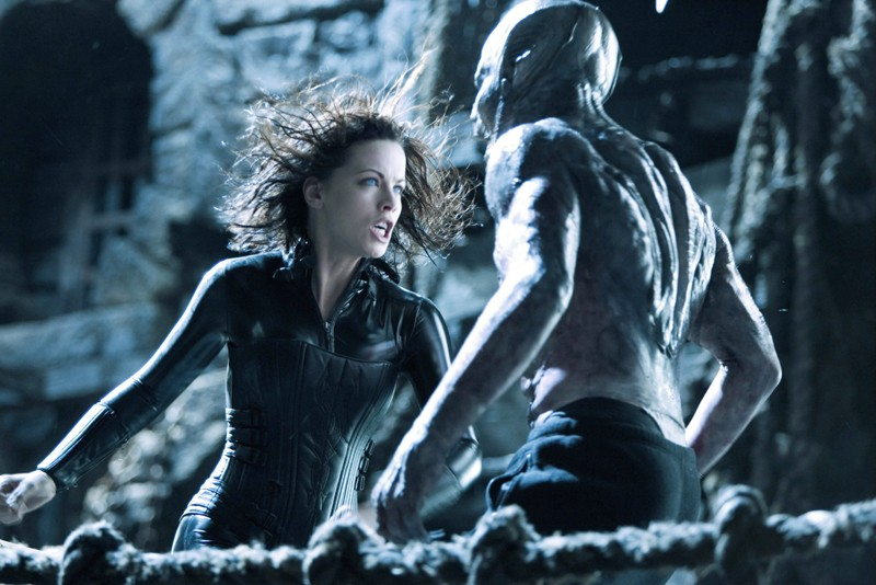 Una scena d'azione con Kate Beckinsale per il film Underworld: Evolution